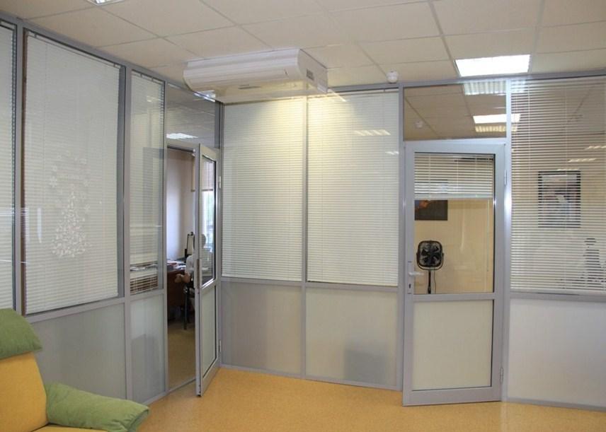 Комбинированные офисные перегородки в коммерческом интерьере